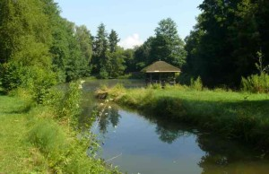 Blick auf Klosterweiher mit ausgebessertem Weiherhäuschen Juli 2013 (FILEminimizer)
