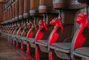 Chorgestühö mit rotem Lichtkegel Lightroom